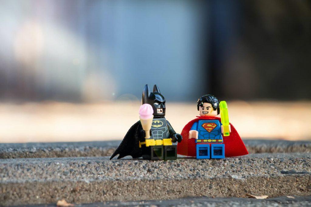 Batman y Superman tomando un helado y hablando